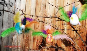 Vögel aus Styroporeiern mit Federn, Augen und Schnabel