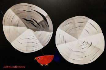 Zwei Papierkreise mit Gittermuster und Vogel