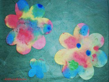 Blumen aus bemalten Kaffeefiltern ausgeschnitten