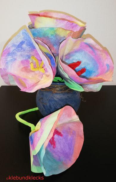Blumen aus bemalten Kaffeefiltern in Vase
