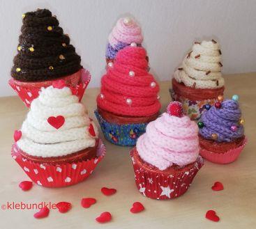 bunte Cupcakes aus Wolle und Styropor verziert mit Herzen, Kugeln und Steinen