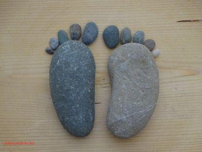Zwei Steine in Fußform mit Steinzehen nebeneinander