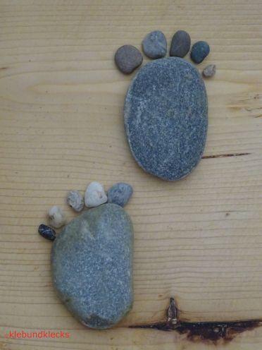 zwei Steinfüße mit Zehen in Schrittstellung