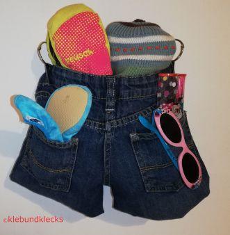 Garderobenbeutel aus Jeans gefüllt mit Handschuhen, Schal und Haube