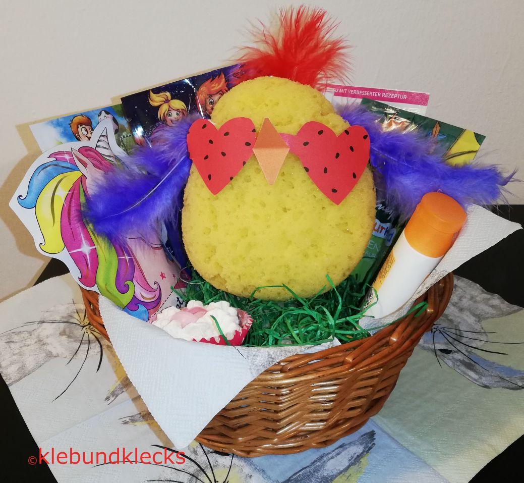 Huhn aus Schwammmit Ferdern und Brille aus buntem Papier