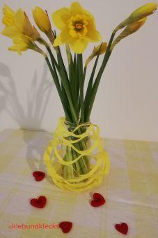 Vase aus Faltschnitt mit Marmeladenglas und Blumen