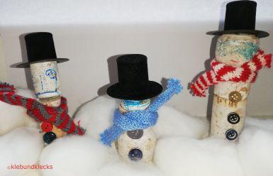 Korkenschneemänner mit Hut und Schal