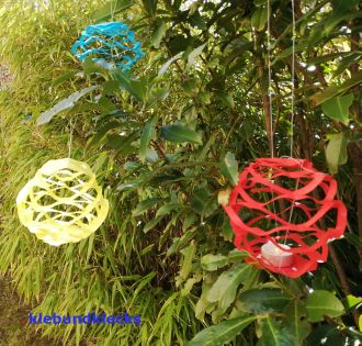 Faltschnitt als bunte Lampions im Garten