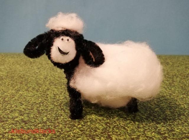 Schaf aus Pfeifenputzer und Watte