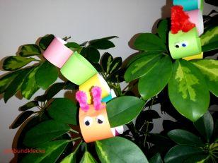 Raupen aus Papier auf Pflanze