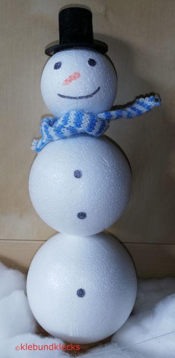 Styropor-Schneemann mit Augen, Schal und Hut als Dekoration