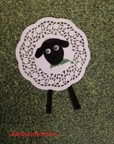 Schaf aus Tortenuntersetzer und schwarzem Papier mit Wackelaugen