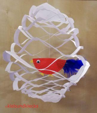 Vogel aus Muffinform im Käfig aus Papier