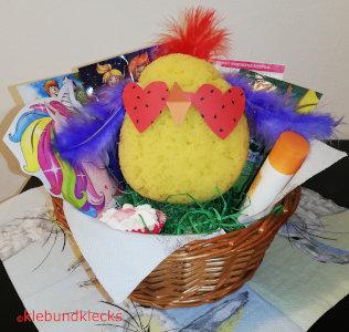 Coole Hühner aus Badeschwamm, Federn und Sonnenbrillen aus Papier