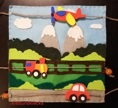 Fahrzeuge aus Moosgummi und Landschaft aus Filz als Quiet Book Seite