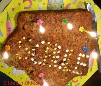 Kuchen in Hausform mit Schriftzug Schule