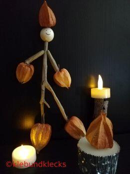 Feuerteufelchen aus Lampionblume und Holzstäbchen