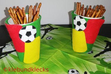 Pappbecher mit roter und gelber Karte (Fußball-Ambiente)