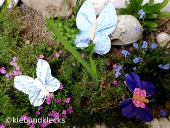 Schmetterlinge aus Papier und Holzstäbchen