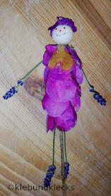 Blumenmädchen aus Rosenblättern