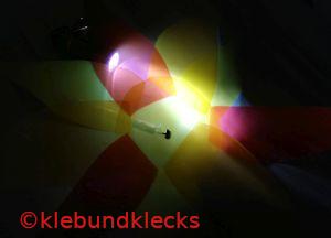 Taschenlampe leuchtet Transparentpapier an
