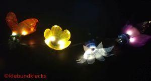 Lichterkette aus Plastikblumen