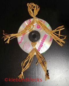 Vogelscheuche aus CD und Bast