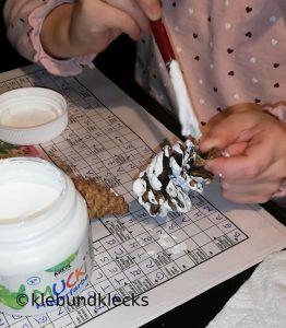Zapfen weiß anmalen für Winterkinder