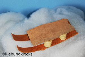 Schlitten aus Rinde und Holzperlen