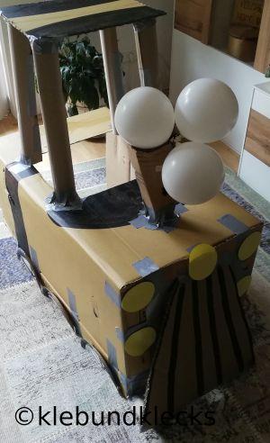 Zug aus Karton als Unterhaltung bei Party